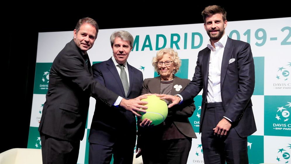 Foto: De izquierda a derecha en la presentación de Madrid como sede de la Davis: Kelly Fairweather, Ángel Garrido, Manuela Carmena y Gerard Piqué. (EFE)