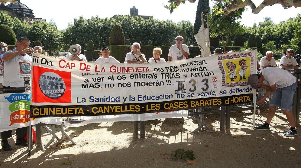 Foto: Manifestación frente al Parlament de Cataluña por los recortes en sanidad. (EFE)