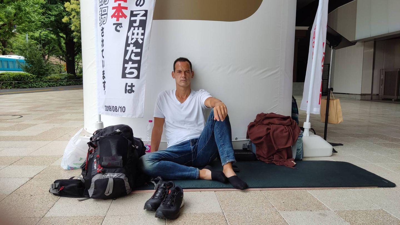 Fichot, en su 'campamento' frente al Estadio Olímpico (Josep Solano)