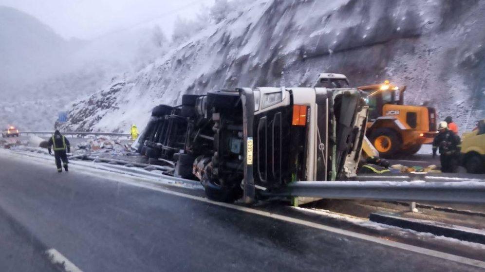 Foto: Accidente como consecuencia de un camión volcado en la AP-66. (112 Asturias)