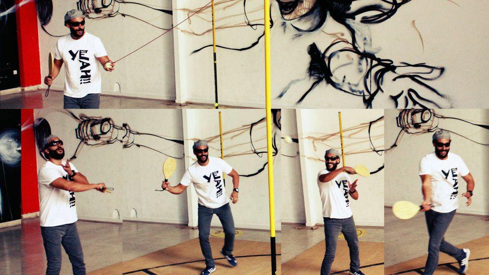Foto: Jesús Candel, 'Spiriman', juega al Spiribol en su fundación. (R. M.)