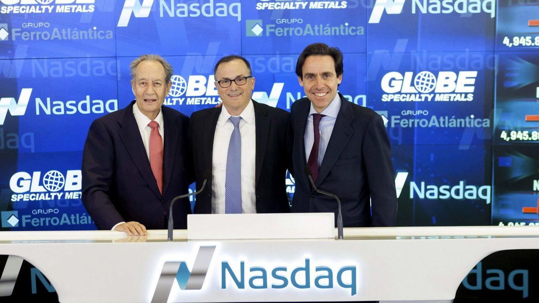 Javier López Madrid (dcha), con el presidente del Grupo Villar Mir, Juan Miguel Villar Mir (izq) y el presidente de Globe, Alan Kastenbaum. (EFE)