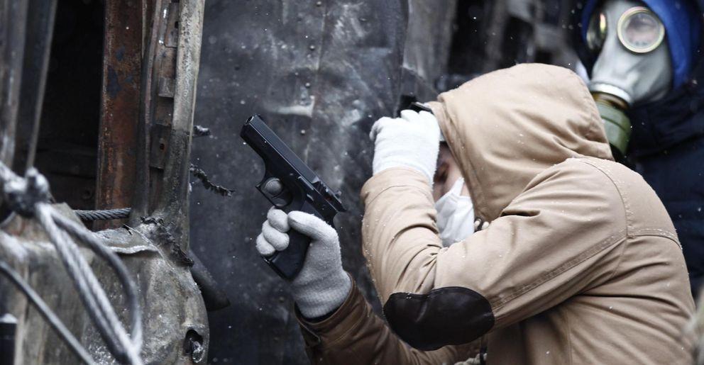 Un manifestante con una pistola de aire comprimido en Kiev (Reuters).