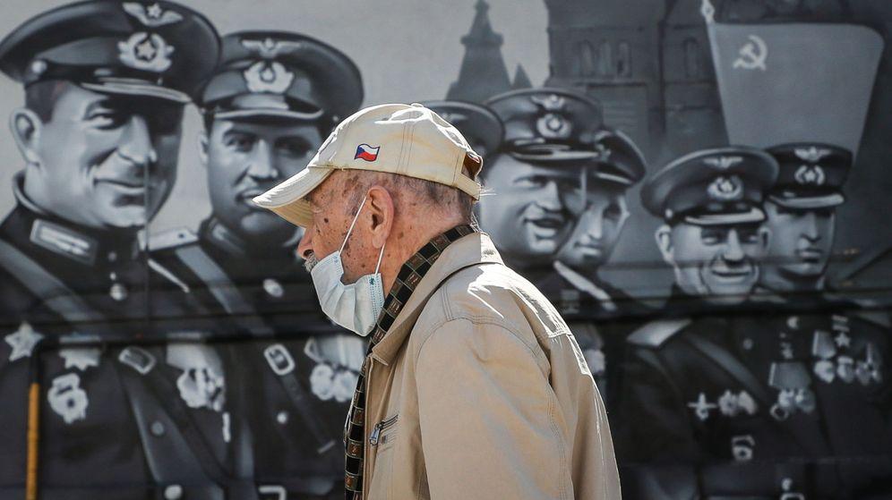 Foto: Un hombre pasea con una mascarilla en Moscú. (EFE)