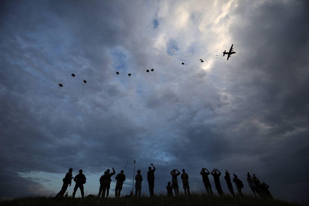 Foto: Paracaidistas de la OTAN durante unas maniobras en el aeródromo de Bezmer, en Bulgaria. (Reuters)