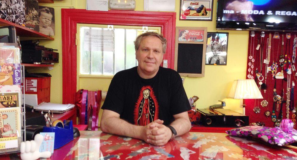 Foto: Alberto Sansans, en la tienda que regenta en el barrio de Vallecas. (EC)
