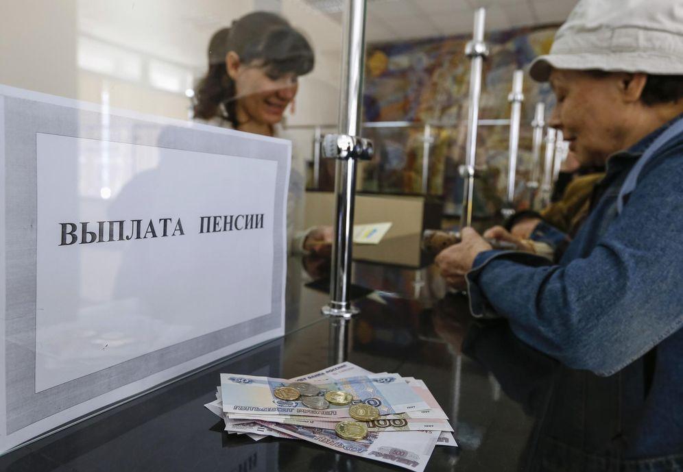 Foto: Una mujer recibe su pensión en rublos en una oficina postal en Simferopol, Crimea, en marzo de 2014. (Reuters)