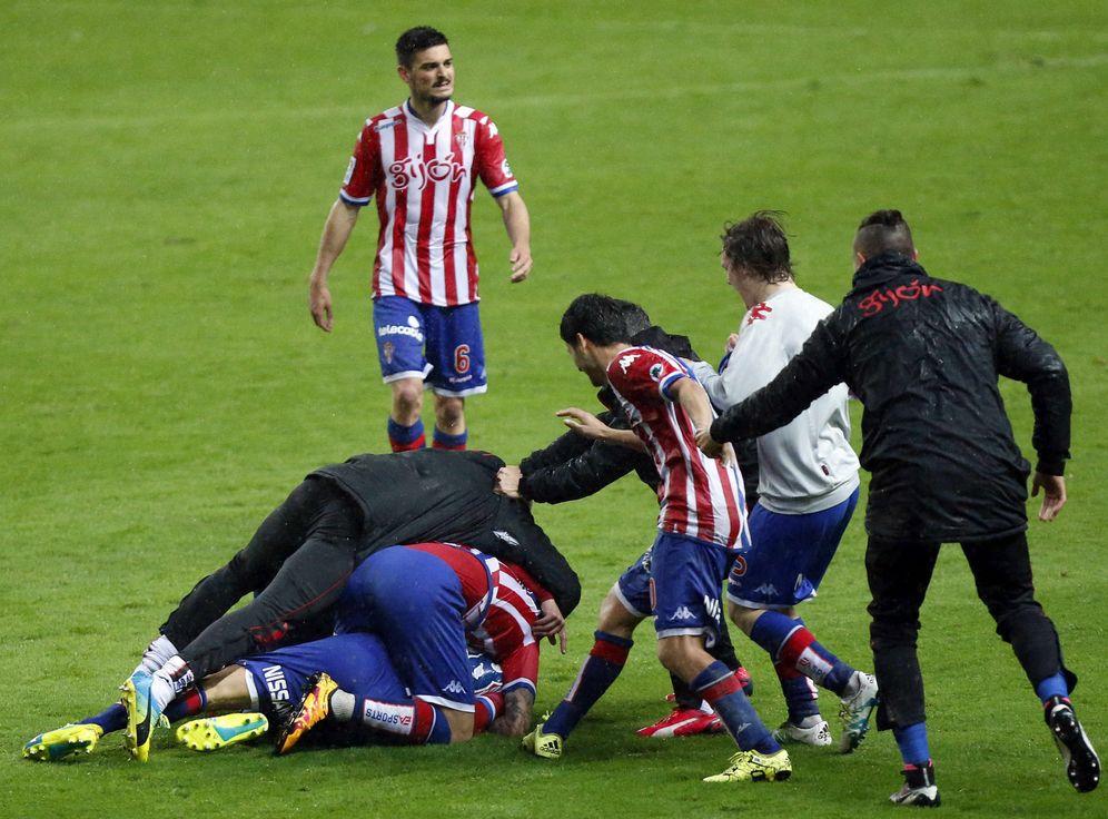 Foto: Locura en El Molinón cuando Isma López marcó en el último instante el gol que dio el triunfo al Sporting (EFE)