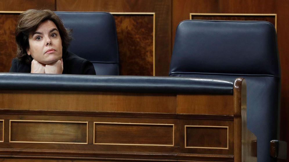 Foto: La vicepresidenta del Gobierno, Soraya Sáenz de Santamaría, junto a la silla vacía del presidente, Mariano Rajoy. (EFE)