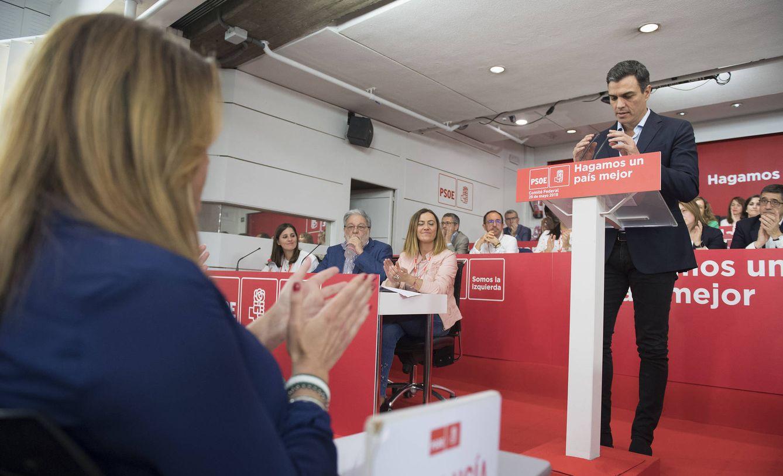Foto: Pedro Sánchez, aplaudido por Susana Díaz durante su intervención ante el comité federal del PSOE de este 28 de mayo. (Borja Puig | PSOE)