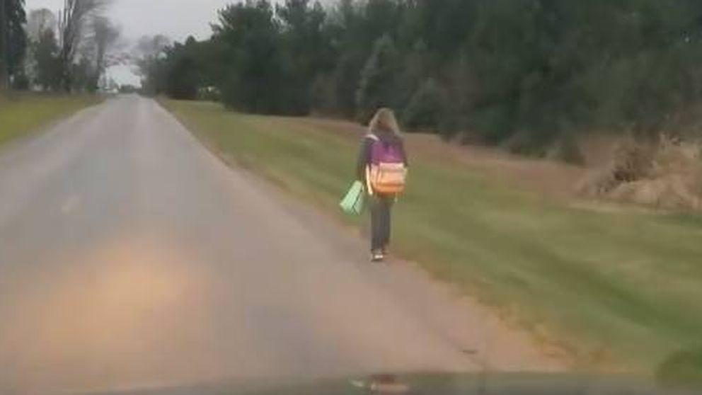 Un padre obliga a su hija a caminar 10 km. un día de frío para darle una lección