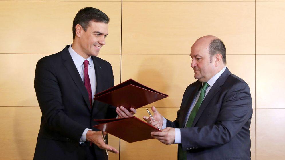 Foto: Pedro Sánchez y Andoni Ortuzar (Reuters)