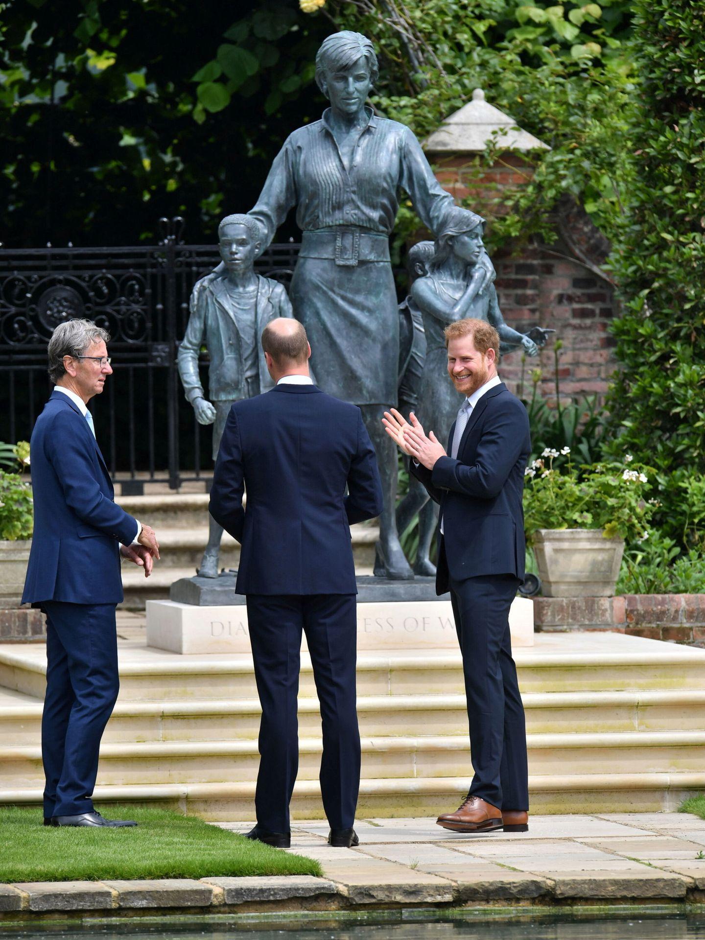 Harry y Guillermo, el día del descubrimiento de la estatua de Diana. (Reuters)
