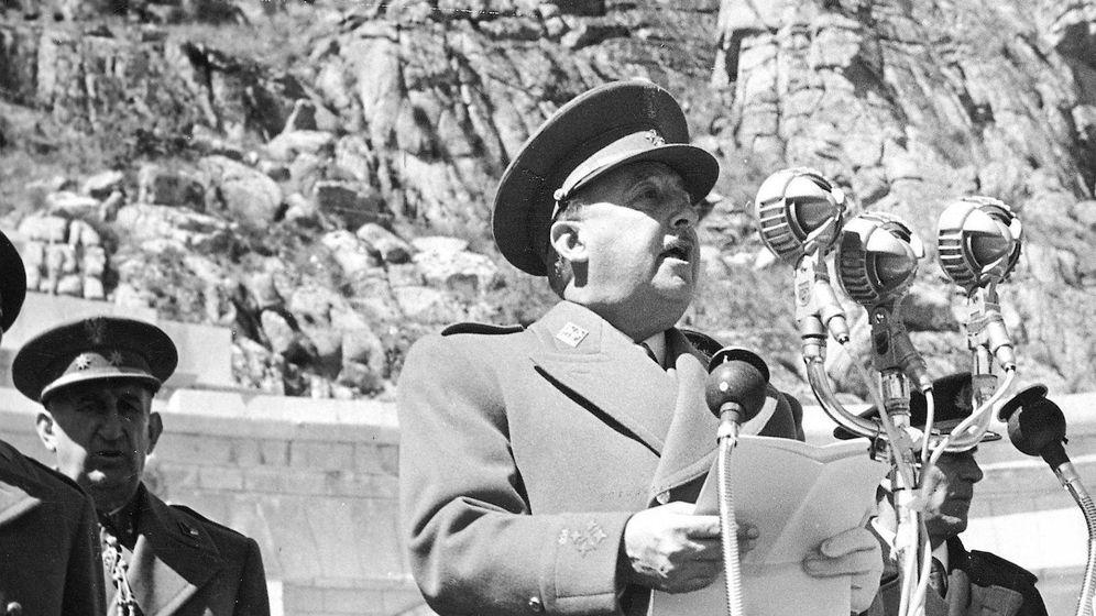 Foto: Franco pronuncia un discurso durante la ceremonia de inauguración del Valle de los Caídos en 1959.