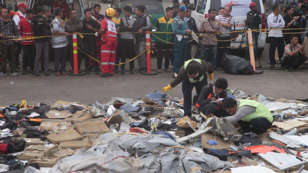 Foto: Miembros de los servicios de rescate recuperan restos del avión accidentado en el puerto Tanjung Priok durante las tareas de rescate en el mar de Java. (EFE)