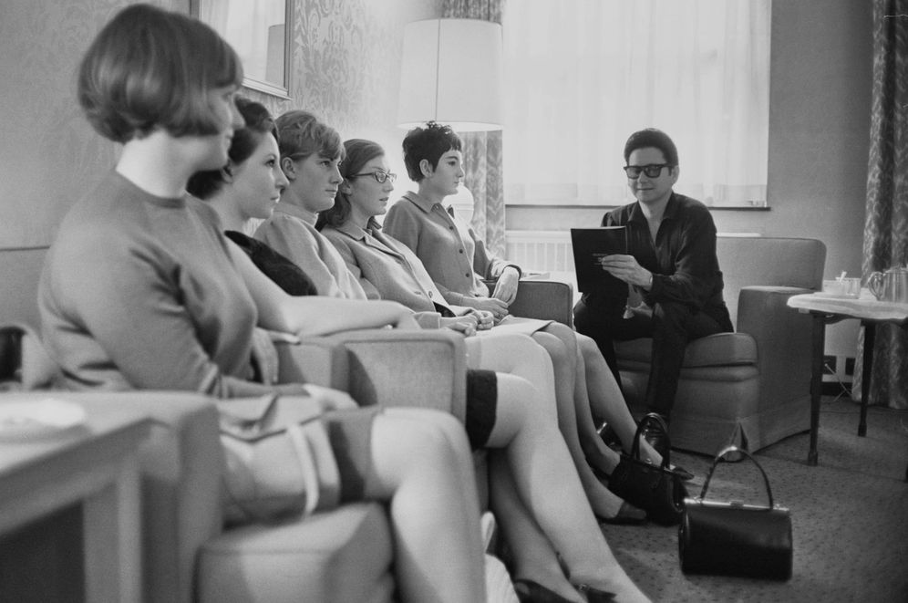 Foto: El cantante americano Roy Orbison (1936-1988) entrevistando a las candidatas para cuidar a su bebé el 7 de marzo de 1967. (Getty Images)