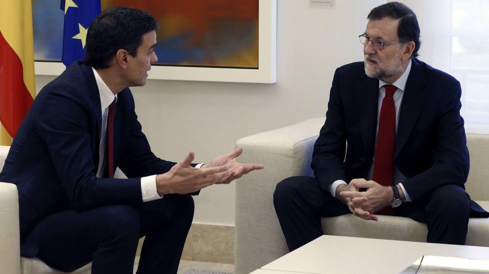 Foto: Mariano Rajoy y Pedro Sánchez, en su primera reunión tras el 20-D. (EFE)