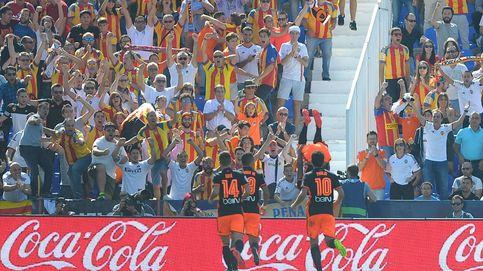 La afición del Valencia perdona a Parejo y concentra sus críticas en Peter Lim