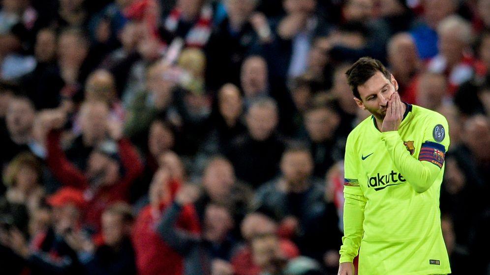 Foto: Leo Messi, cabizbajo tras la eliminación del Barcelona en Anfield. (EFE)