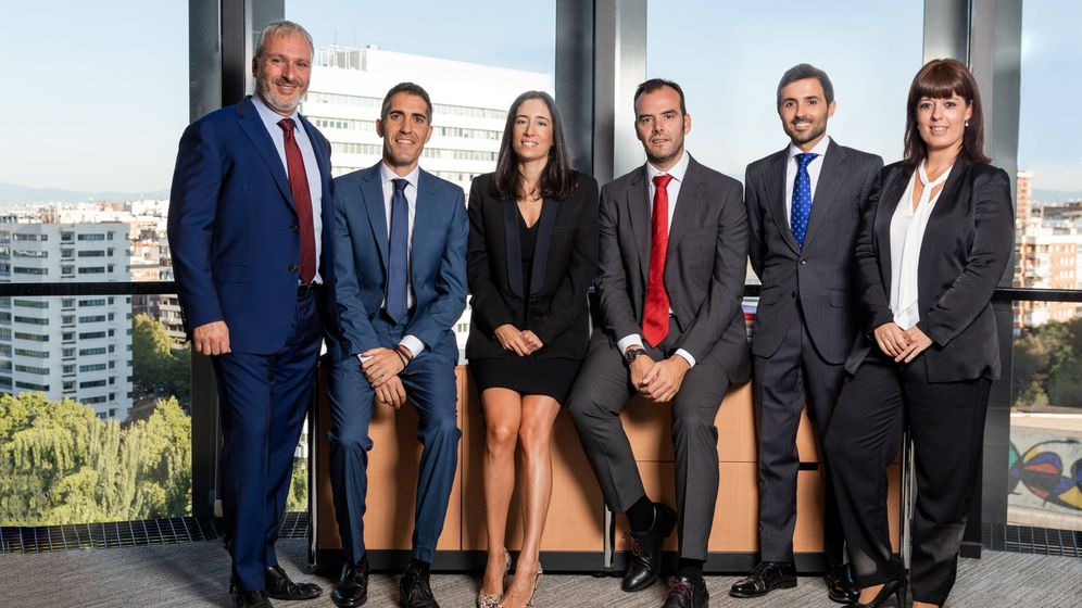 Foto: De izquierda a derecha: Juan J. Valderas, Hugo Sutil, Mercedes Bernal, Raúl Chamorro, Enrique Herrero y Erika Benítez, equipo de 'forensic' de Alvarez & Marsal.