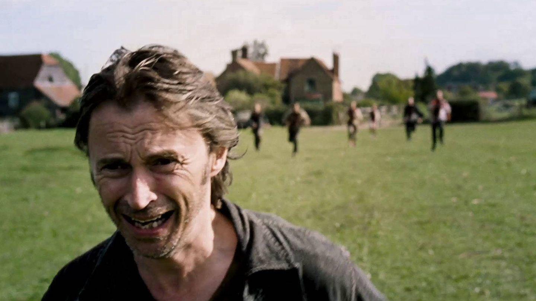 Robert Carlyle huye de las hordas zombis en '28 semanas después'.