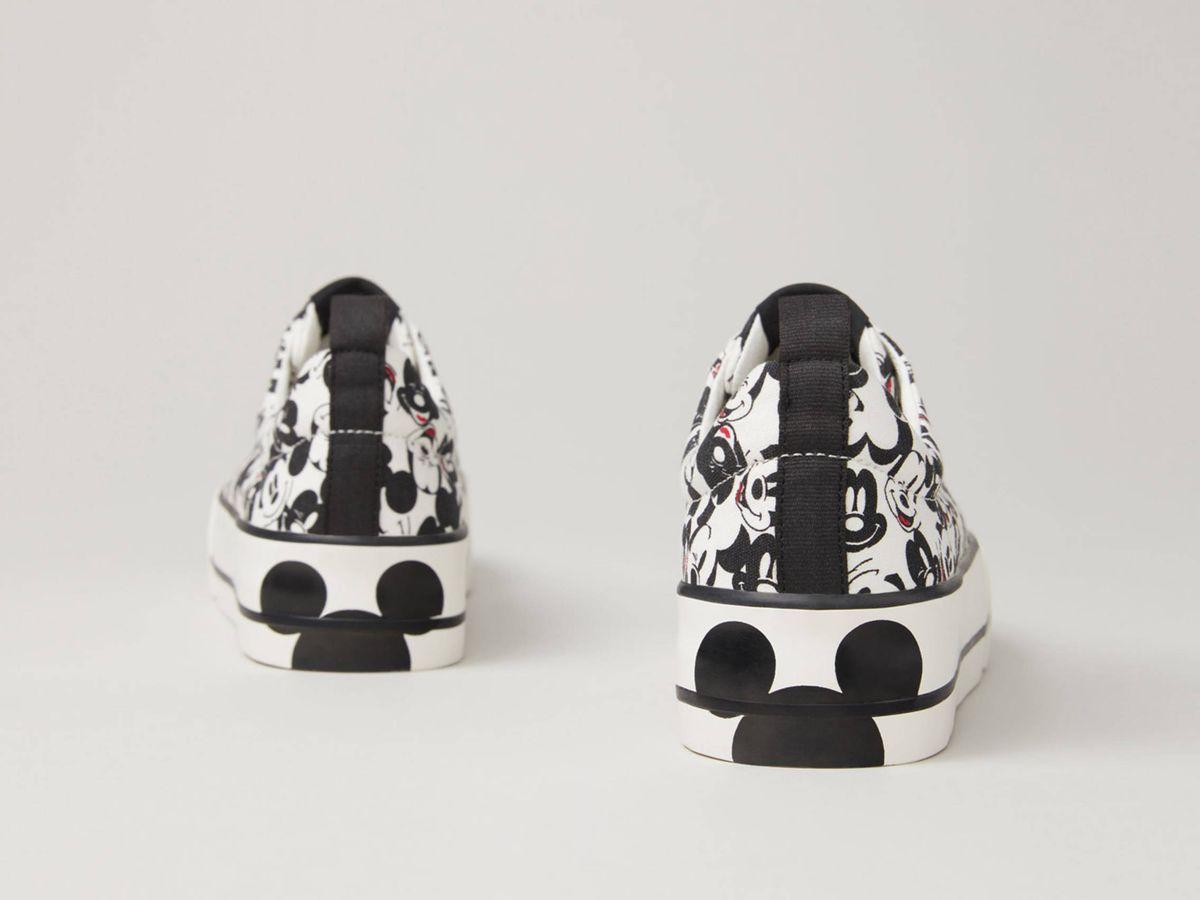 Foto: Las zapatillas deportivas de Mickey Mouse que vende Lefties. (Cortesía)