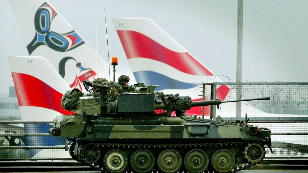 Foto: Un tanque Scimitar patrulla la Terminal 4 del Aeropuerto de Heathrow en Londres, en 2003 (Reuters)
