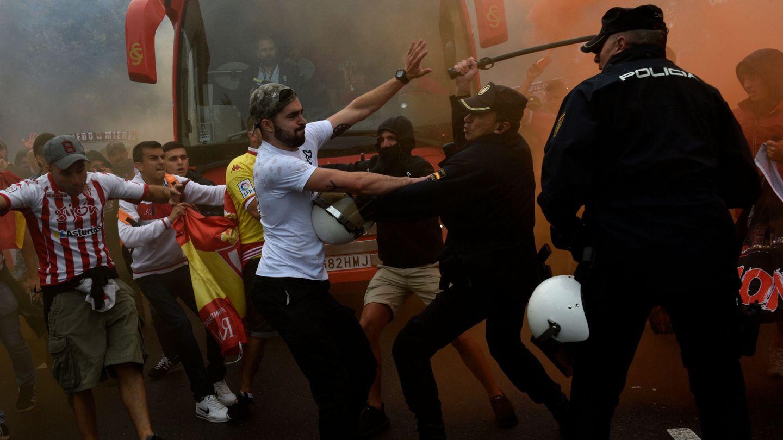 Aficionados del Sporting y miembros de la Policía, antes de un derbi frente al Oviedo. (EFE)