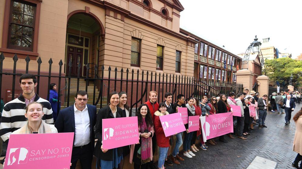 Foto: Una protesta antiaborto frente al Parlamento australia, en Sidney. (EFE)