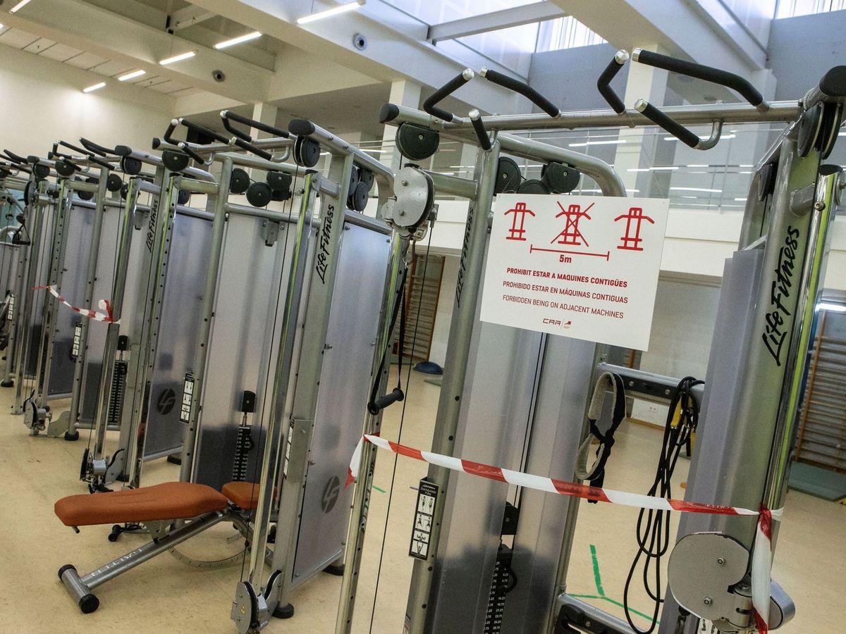 Foto: Imagen de archivo de un gimnasio cerrado por el coronavirus. (EFE)