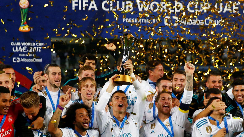 Cristiano levanta la copa de campeones del mundo. (Reuters)