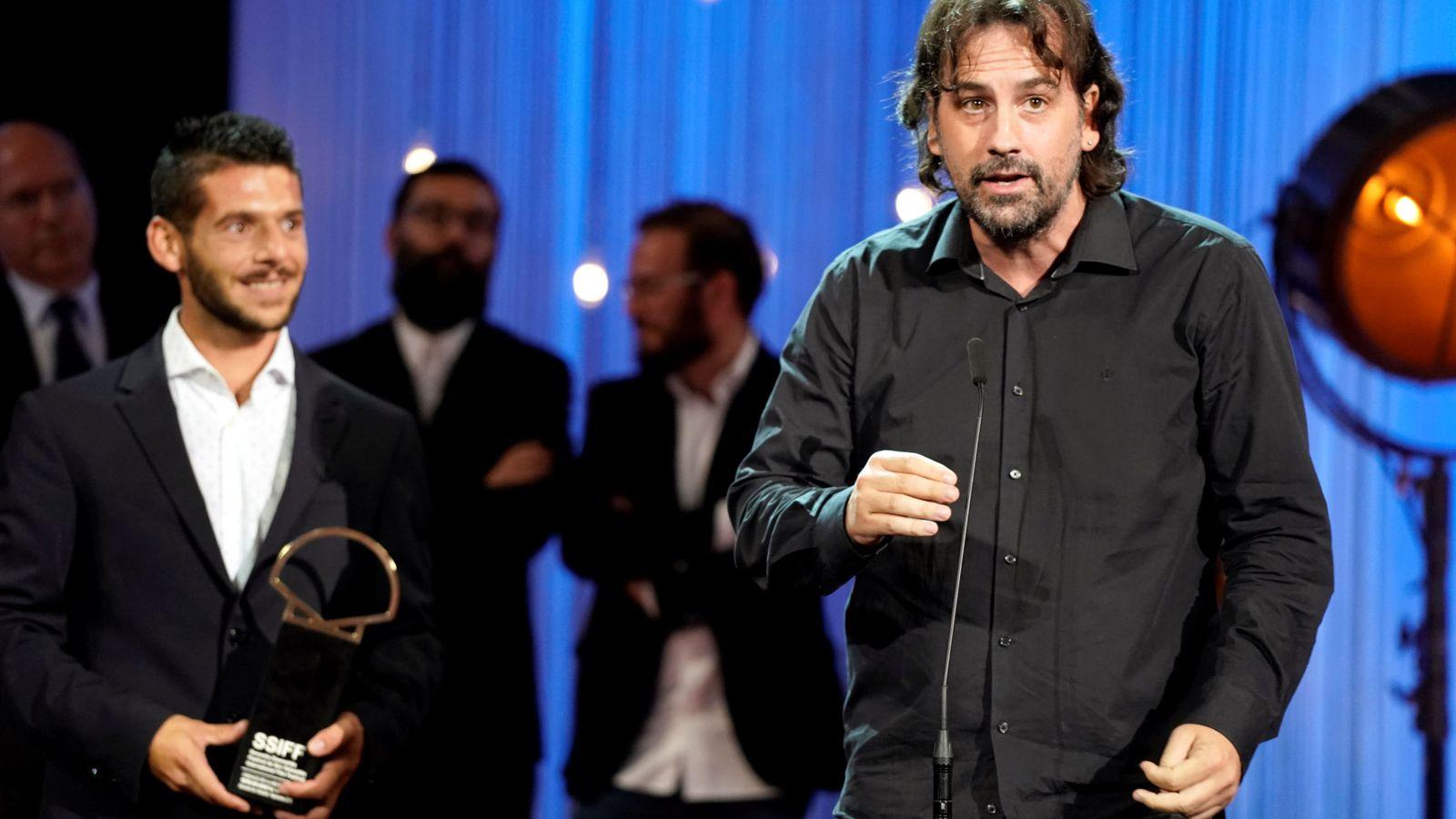 Foto: Isaki Lacuesta recoge la Concha de Oro en el Festival de San Sebastián. (Reuters)