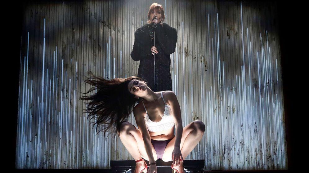 Foto: Carolina Yuste y Nathalie Poza en la obra teatral 'Prostitución' en el Teatro Español . (Efe)