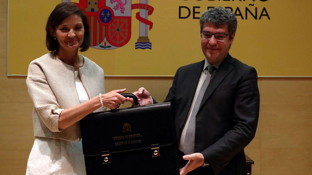 Foto: La nueva ministra de Industria, Reyes Maroto, toma posesión de manos del ministro Álvaro Nadal. (Reuters)