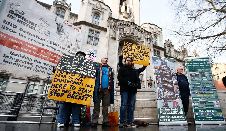 Foto: Manifestantes a favor y en contra del Brexit protestan ante el Tribunal Supremo, en Londres, el 7 de diciembre de 2016 (Reuters).