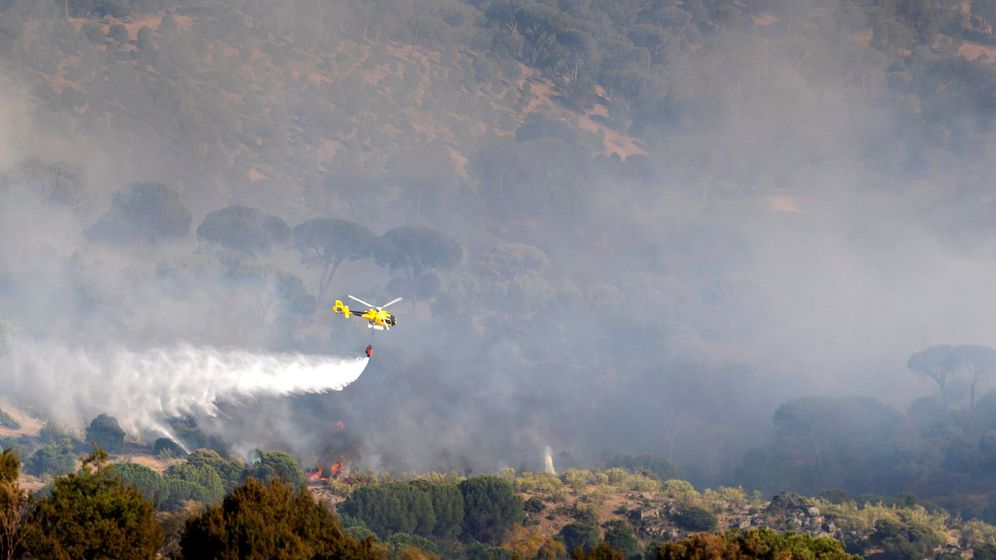Foto: Un helicóptero trabaja en las labores de extinción del incendio en la localidad abulense de El Hoyo de Pinares (Efe)