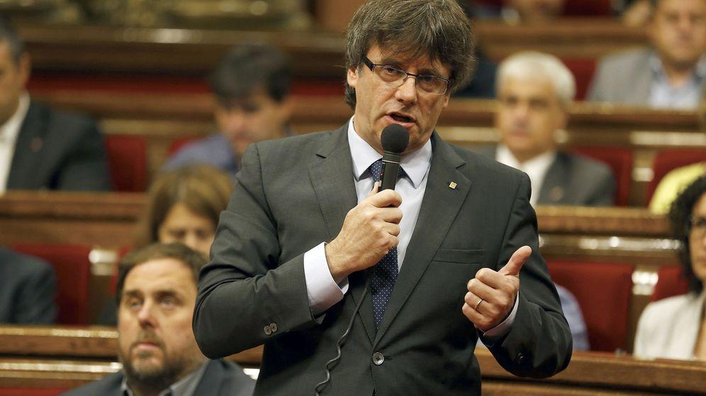 Foto: El presidente de la Generalitat, Carles Puigdemont, durante la sesión de este miércoles en el Parlament de Cataluña. (Efe)