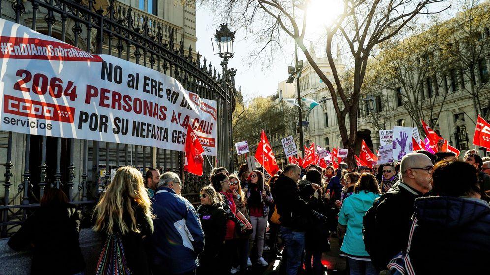Foto: Trabajadores de DIA se manifiestan en Casa de América (Efe)