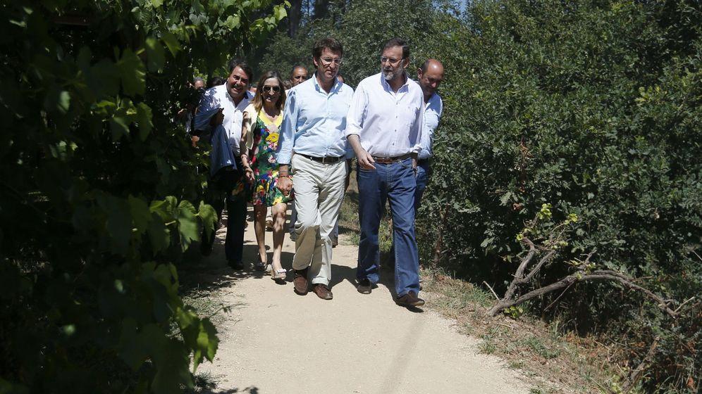 Foto: El presidente del Gobierno, Mariano Rajoy,  acompañado por el presidente de la Xunta de Galicia, Alberto Núñez Feijóo, visita las Rías Baixas en 2013. (EFE)