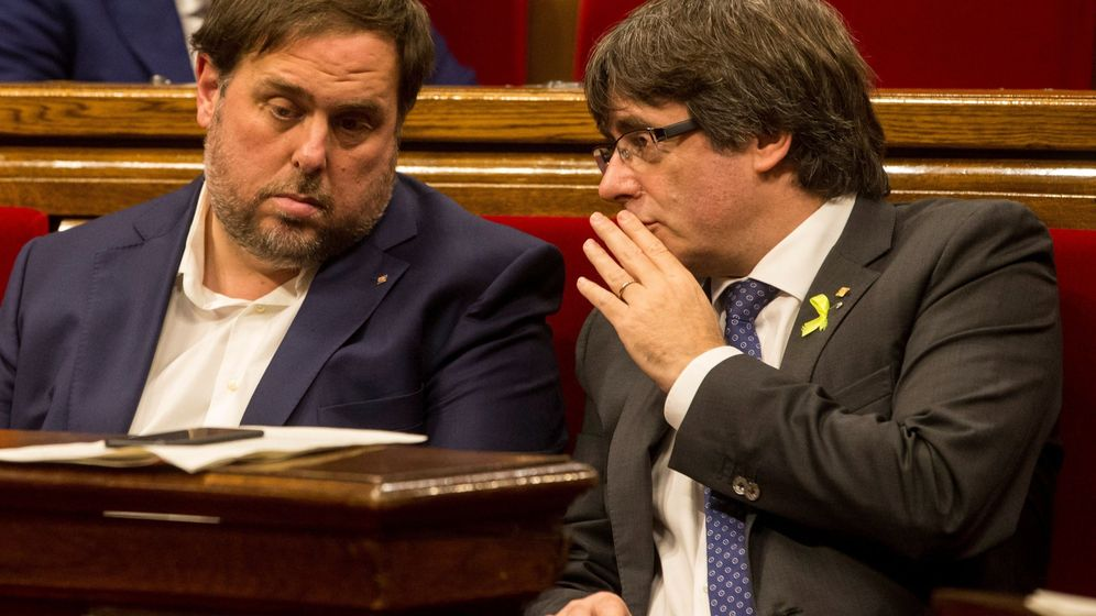 Foto: El expresidente de la Generalitat Carles Puigdemont (d) conversa con el exvicerpresidente del Govern y 'exconseller' de Economía Oriol Junqueras. (EFE)