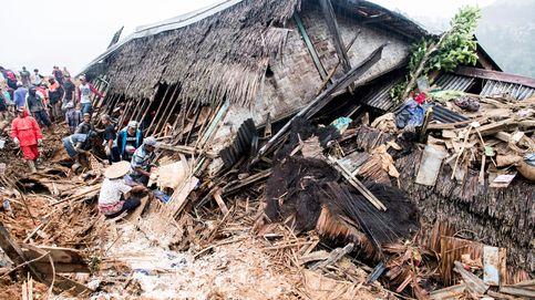 Quince fallecidos y 20 desaparecidos por un corrimiento de tierra en Indonesia