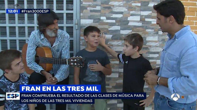 Fran Rivera con los niños de las 3.000 viviendas de Sevilla.