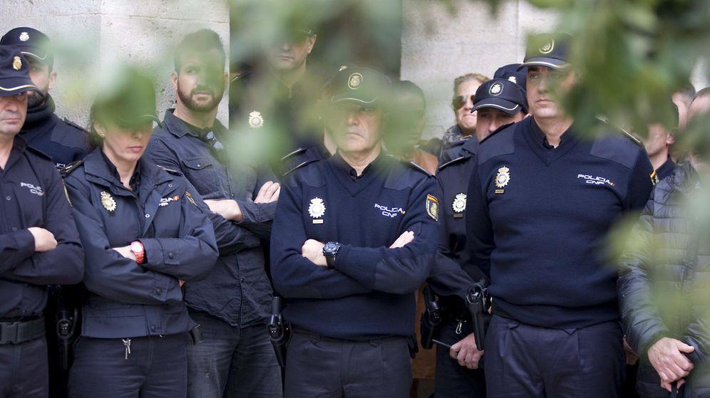 Foto: Miembros del Cuerpo Nacional de Policía guardan un minuto de silencio en homenaje y recuerdo al inspector José Antonio Martínez. (EFE)