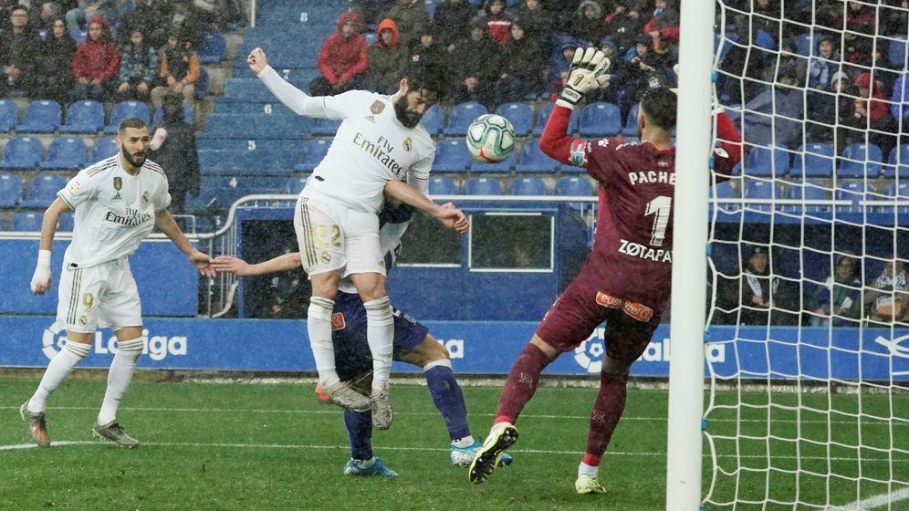 Foto: Isco remata de cabeza en la jugada que acaba con el gol del triunfo de Carvajal. (Efe)