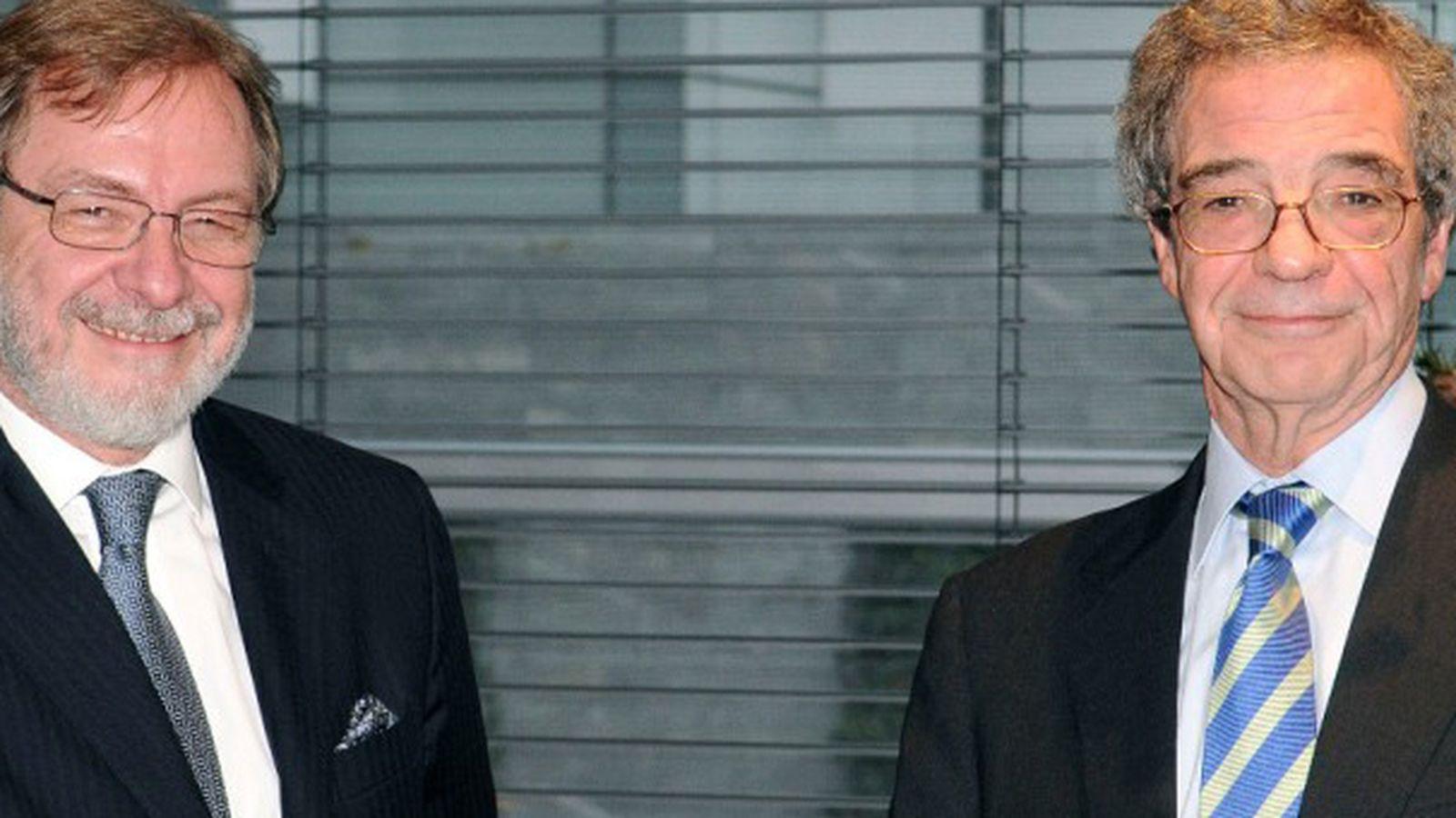 Foto: Cebrián (prisa) y alierta (telefónica) tras el acuerdo por el que telefónica decidiera comprar digital plus a prisa por 725 millones de euros.