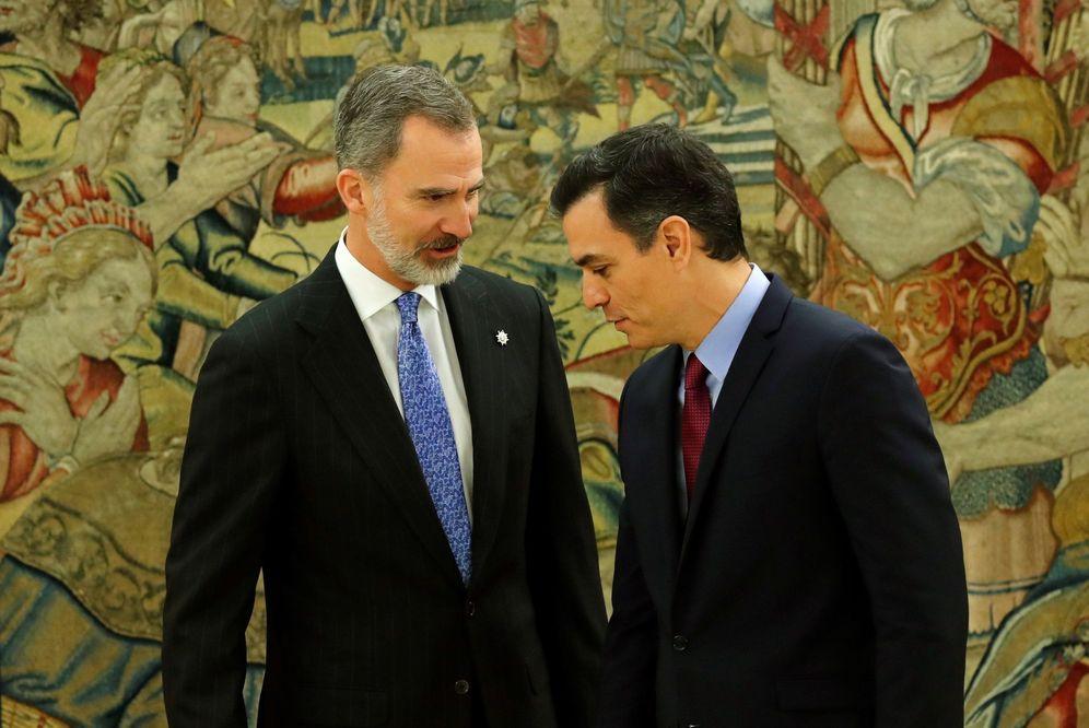 Foto: Pedro Sánchez charla con el Rey tras prometer su cargo como presidente del Gobierno, este 8 de enero en la Zarzuela. (EFE)