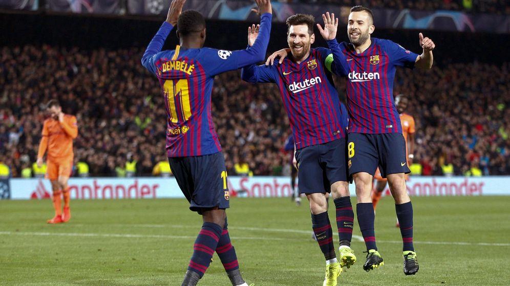 Foto: Ousmane Dembelé celebra un gol del FC Barcelona junto a Leo Messi y Jordi Alba. (EFE)