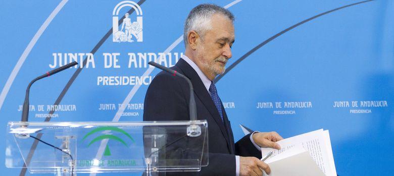 Foto: Griñán tras la rueda de prensa (Efe)