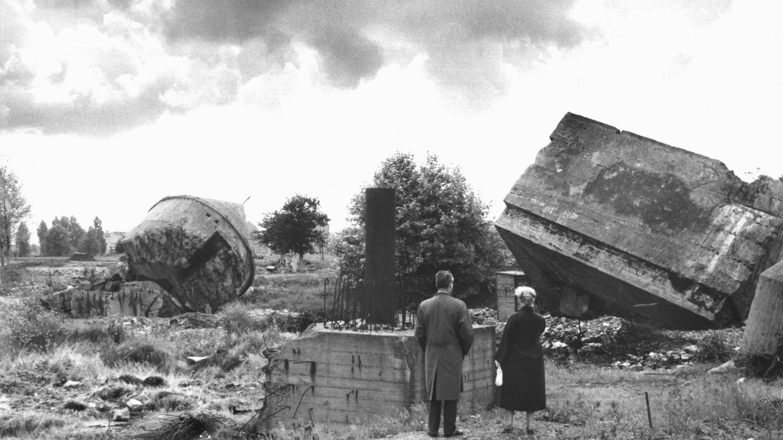 Una pareja fotografiada frente a los restos del búnker en 1959. (Foto: Cordon Press)