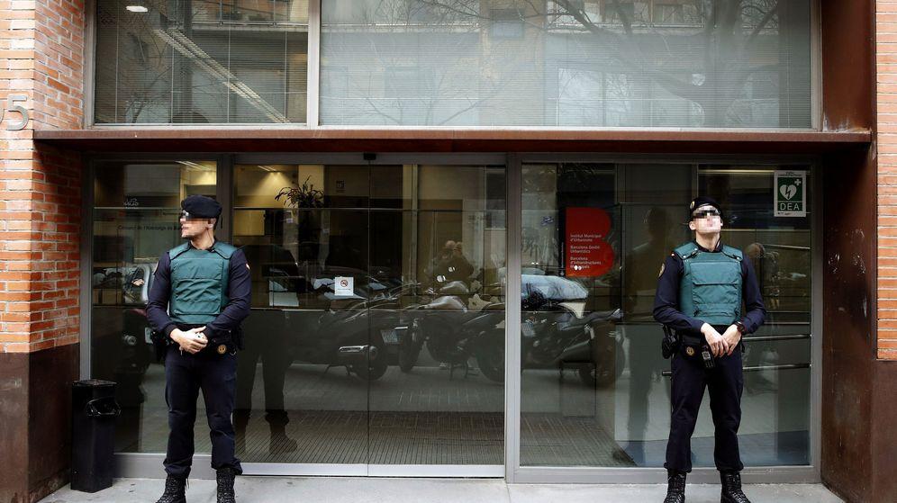 Foto: Dos agentes de la Guardia Civil custodian el acceso a la sede de Bimsa, en Barcelona, este jueves. (EFE)